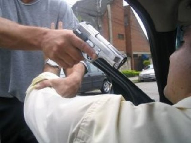 Resultado de imagem para roubo de carro a mao armada