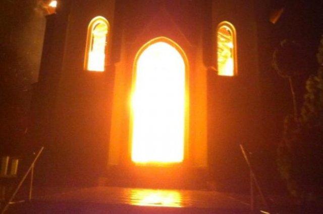 Antiga E Bela Igreja Pega Fogo Ap  S Ser Atingida Por Raio  Na Grande